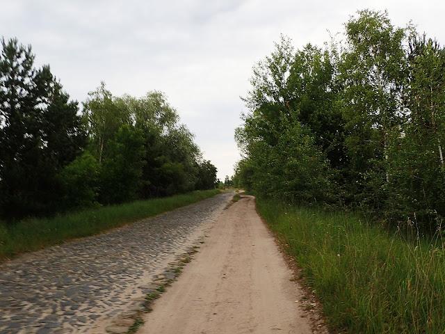 Brukowo-szutrowa droga na Polesiu