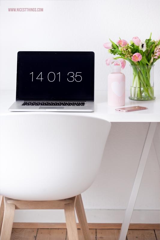 bkr Flasche rosa auf Schreibtisch neben Laptop