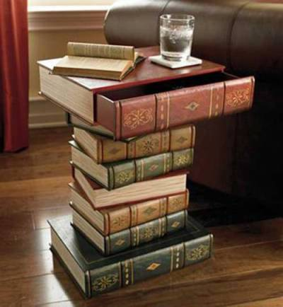 Meja buku=Meja dari tumpukan buku.