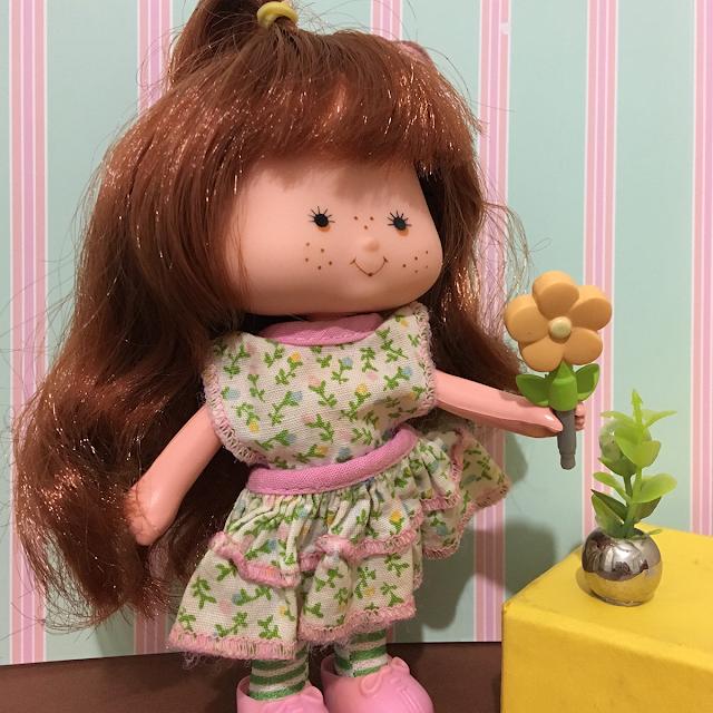 Boneca Moranguinho nova com flores para comemorar a primavera