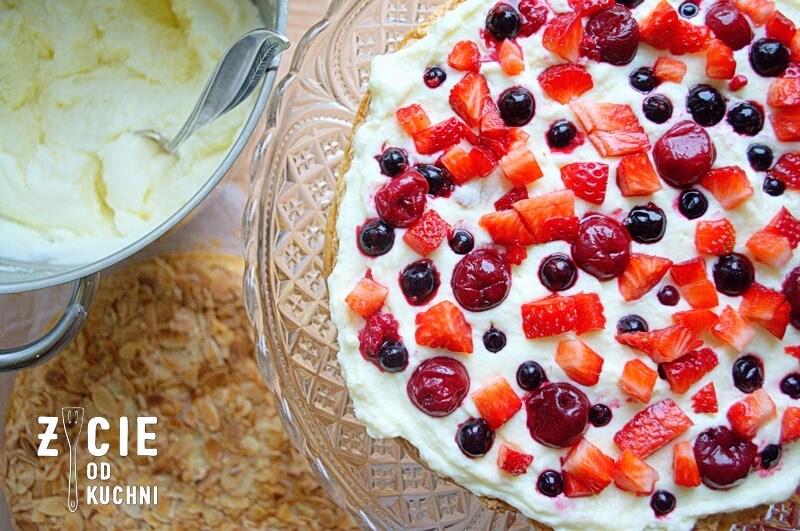 tort, tort owocowy, jak zrobic biszkopt, tort z owocami, tort urodzinowy, blog, zycie od kuchni, owoce zatopione w kremie