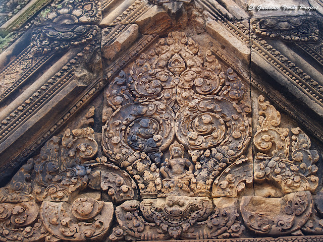 Banteay Srei, gopura este, segundo recinto, primer frontón - Angkor, Camboya por El Guisante Verde Project