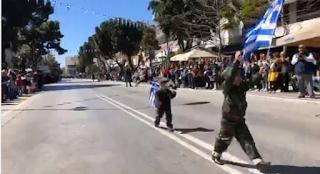 Αλεξανδρούπολη: Έβαλαν παιδάκια να παρελάσουν ντυμένα στα χακί μαζί με τον στρατό (Video)