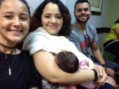 familia apoyando lactancia con bebe