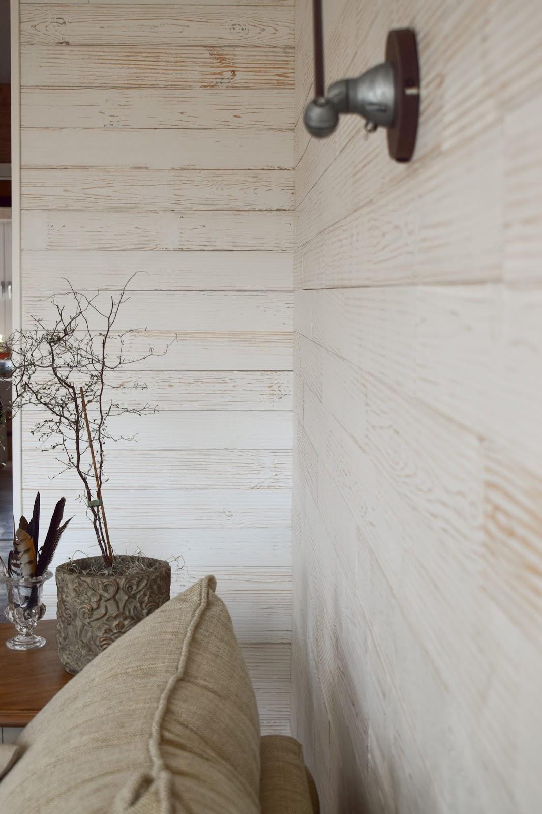 Holzverkleidung für die Wand mit Wandwood Paneele einfach kleben. Anleitung Holzwand verkleiden und selbermachen. Wandgestaltung für Wohnzimmer aus Holz. Ideen für innen. DIY Verkleidung aus Holz selber anbringen Renovierung renovieren Holzpaneele Fertigpaneele