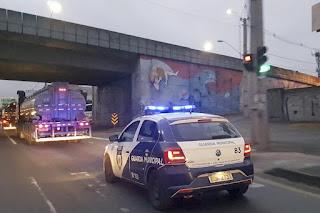 PRF e Guarda Municipal escoltam caminhões-tanque para abastecer ônibus de Curitiba (PR)