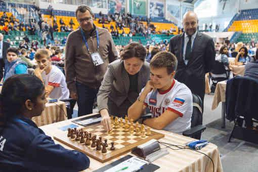 Le 1er coup symbolique de la ronde 1 a été effectué par Natalia Komarova - Photo © site officiel
