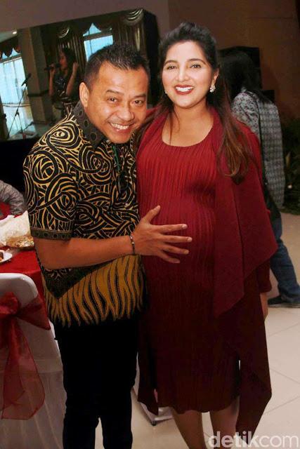 Hamil tua Ashanty tetap menemani Anang Hermansyah saat menghadiri acara di Polda Metro Jaya