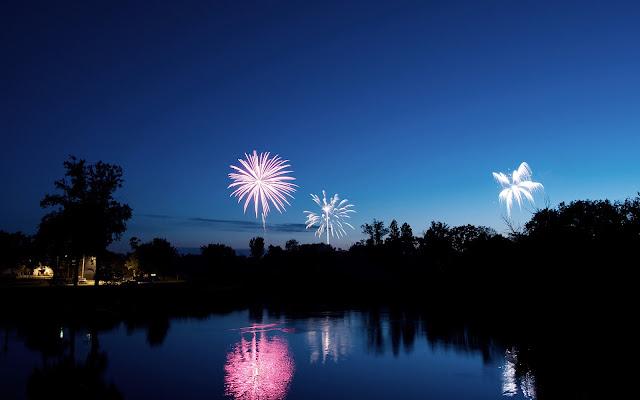 Vuurwerk en een blauwe hemel