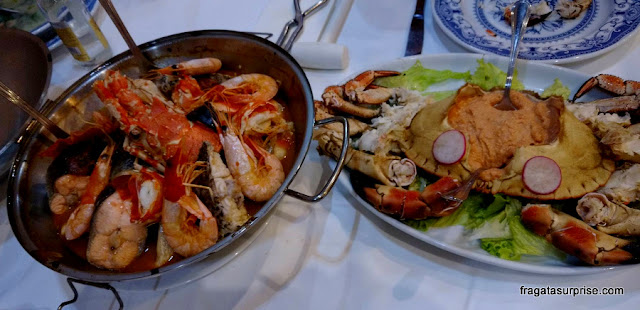 Pratos típicos de Portugal: cataplana de mariscos e sapateira (caranguejo)