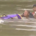 Vídeo mostra homem salvando mulher e cão em carro submerso em enchente