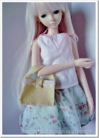 http://strawberrybutterscotch.blogspot.com/2016/07/5-week-cute-felt-bags-for-dolls-with.html