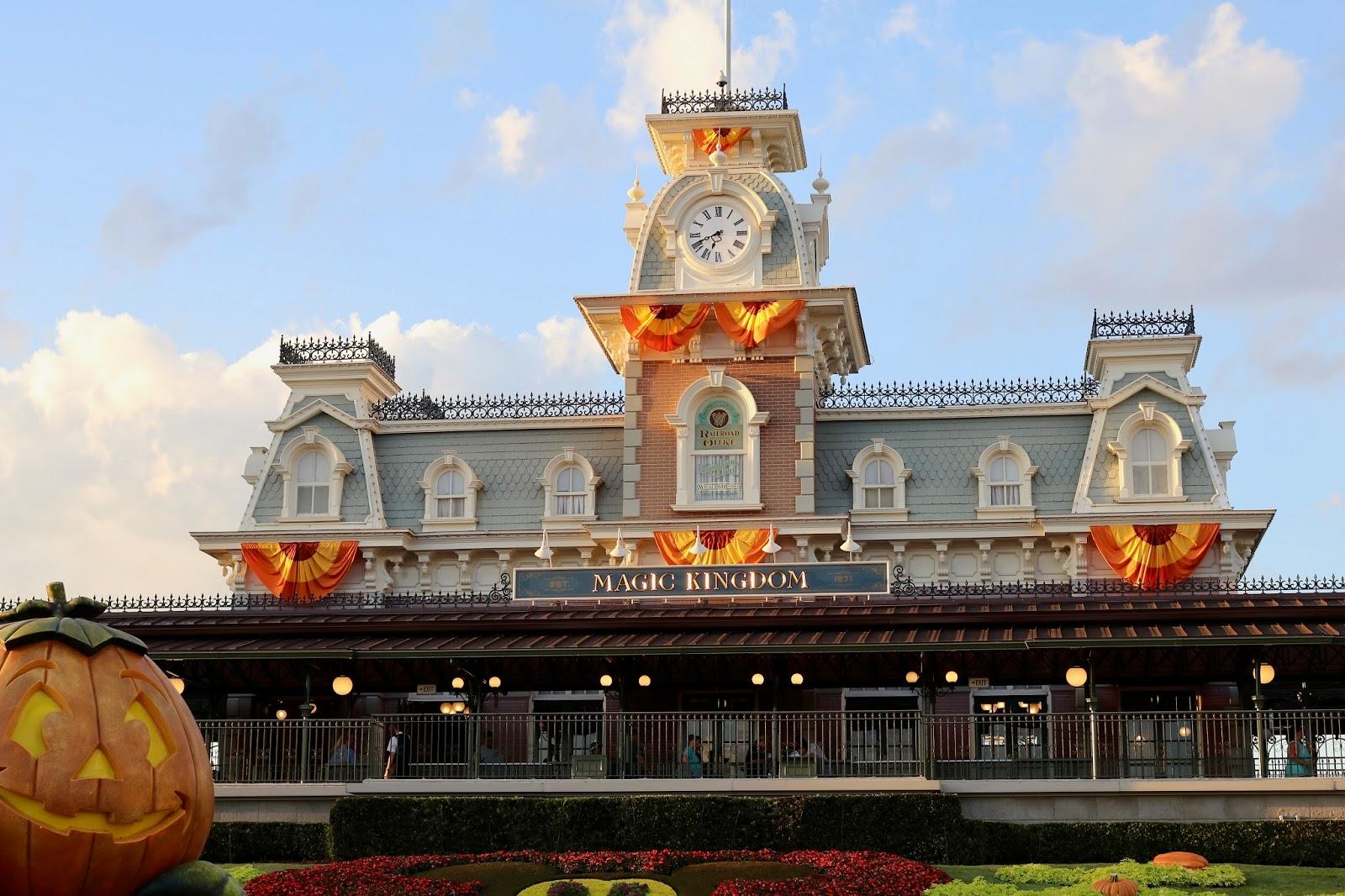 Disney-World-Magic-Kingdom-Fall-Halloween-decorations
