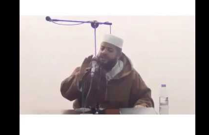 حدثت هزة أرضية والشيخ يتكلم.. شاهدوا ردة فعل الشيخ !! شاهدوا بأنفسكم ماذا فعل...!