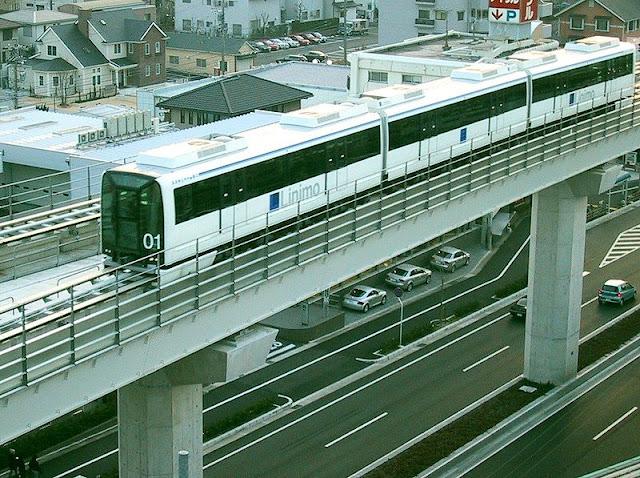 Gambar Kereta Maglev di Jepang berada di fly over