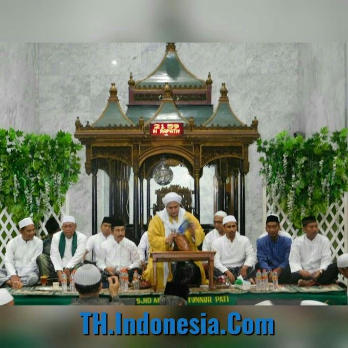 Masyarakat Kota Pati Bersholawat Bersama Habib Helmy Alaydrus