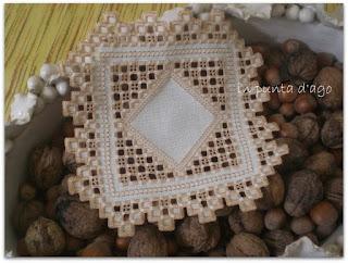 http://silviainpuntadago.blogspot.com/2011/08/un-piccolo-che-sa-di-natale-per-quella.html