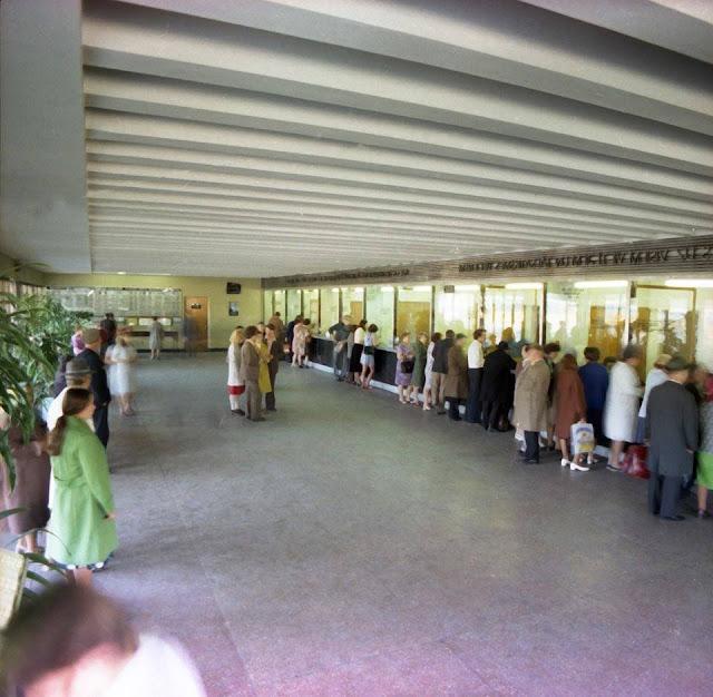Рижский центральный ж/д вокзал в разные годы. У билетных касс.