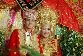 Nama-Pakaian-Adat-Tradisional-Sumatera-Barat-Pria-dan-Wanita-Minangkabau