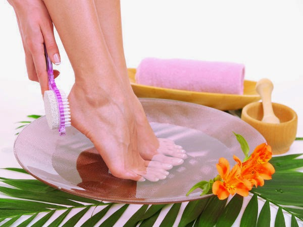 15 Best Natural Home Remedies For Cracked Heels (Fissures)