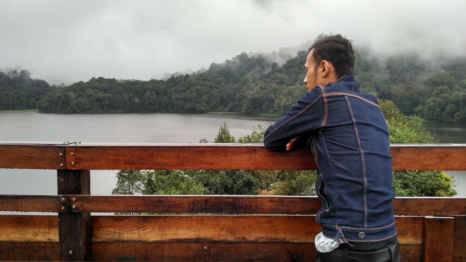 Menikmati pemandangan dari atas Pinisi Resto