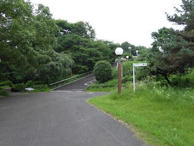鶴見新山 北側の階段