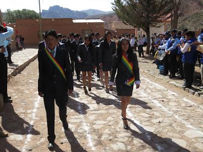 Nationalfeiertag in Esmoraca Bolivien. Die Patenkinder beim Marschieren