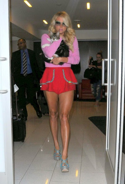 Kesha hot legs in shoret shorts in La airport photo 6