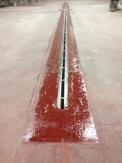 Reparar un desagüe con pigmento rojo y Concrete Mender 10 minutos