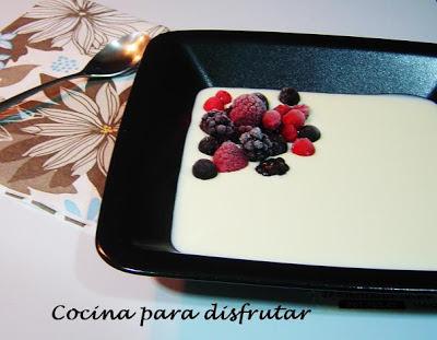 chupito de chocolate blanco con frutos rojos