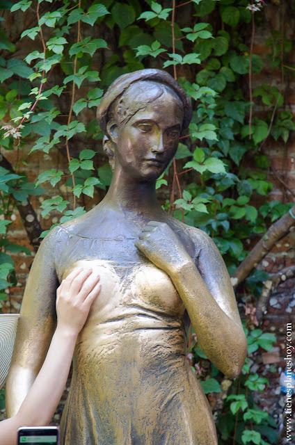 Escultura Julieta Verona tocar pecho viaje a Italia