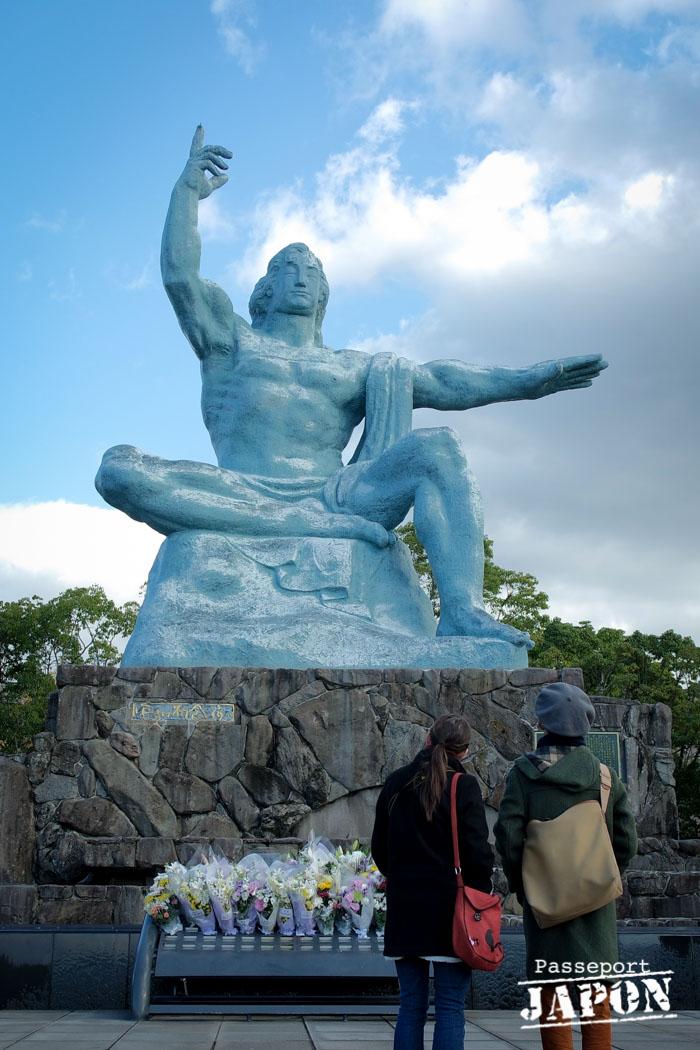 Couple franco-japonais au pied de la statue de la paix, parc de la paix, Nagasaki