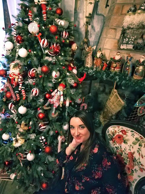 La blogger Valeria Alchirafi seduta da Sciardac tra gli addobbi natalizi