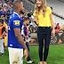 Domitila Becker sobe em banquinho para entrevistar jogador do Cruzeiro