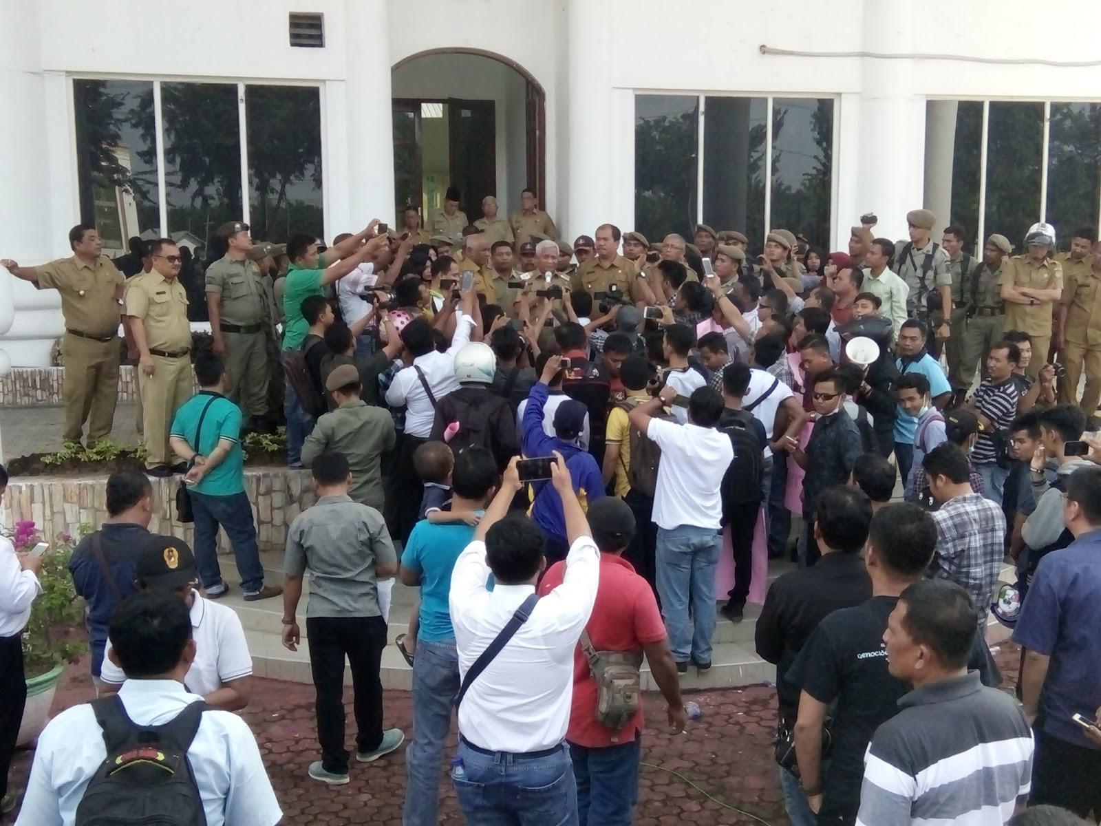 Aksi demo wartawan di Kantor Bupati Asahan