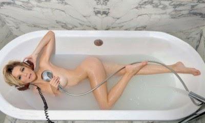 Micaela Breque en el baño