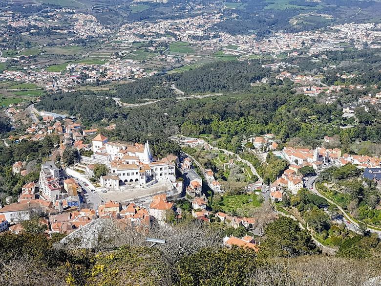 從摩爾人城堡俯視辛特拉宮 (National Palace of Sintra)