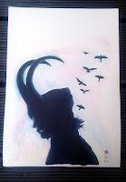 'Loki', 2016; Picture shows a drawing, requested; the character 'Loki' in black silhouette, in the background are ravens that fly upwards, the background is coloured in soft purple and blue. Das Foto zeigt eine Zeichnung von mir; Fan Art, Auftrag für eine Freundin - der Charakter Loki (Filmfigur) als Silhouette, im Hintergrund auffliegende Raben, eingefasst von pastelligem blaulila Hintergrund.
