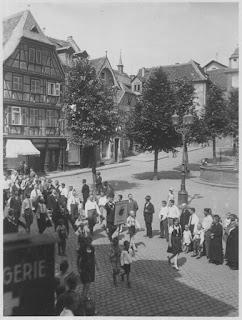 Festzug anlässlich der ersten Bensheimer Werbewoche 1927 am Bensheimer Marktplatz; Quelle: Stadtarchiv Bensheim, Verzeichnis:Bensheimer Werbewoche 1927 / 1928; lfd.No. 0001, eingescannt 600 dpi, Stoll-Berberich 2015.