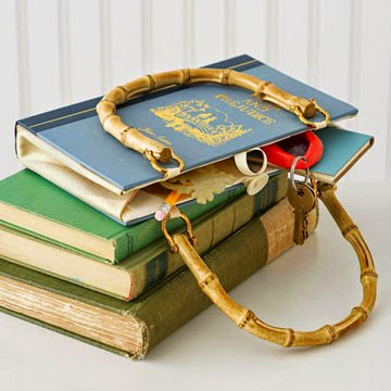 Bolsa de mujer con libros viejos