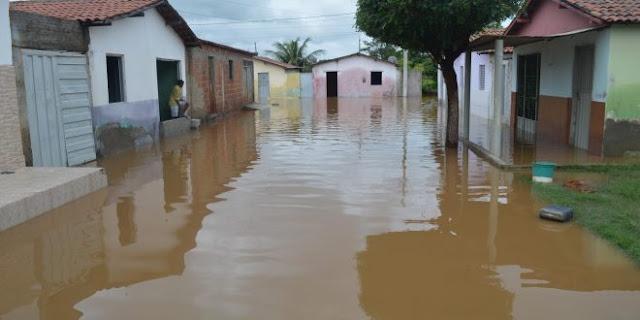 Açude rompe no Sertão e deixa residências alagadas