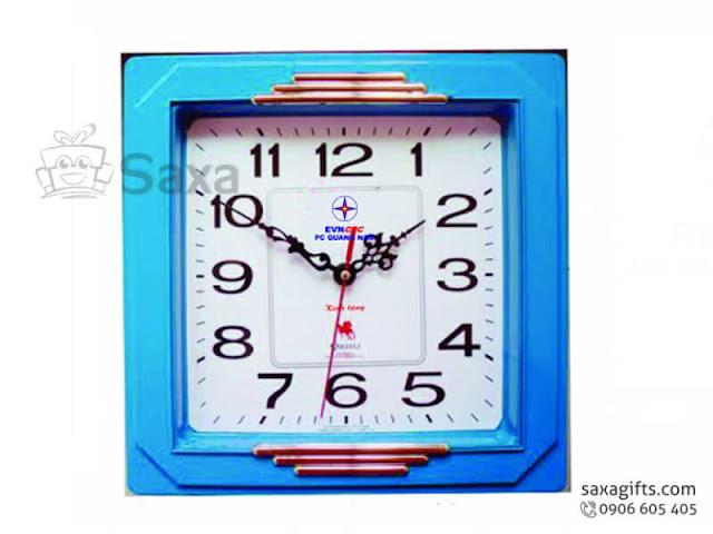 Đồng hồ treo tường in logo hình vuông màu xanh dương nổi bật – DH014