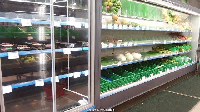 pustki w marketach, brak żywności, puste zielone kosze na półkach supermarketu Mykons grudzień 2016