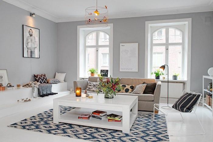 detalle gran sofá fijo y ventanales de arco al fondo