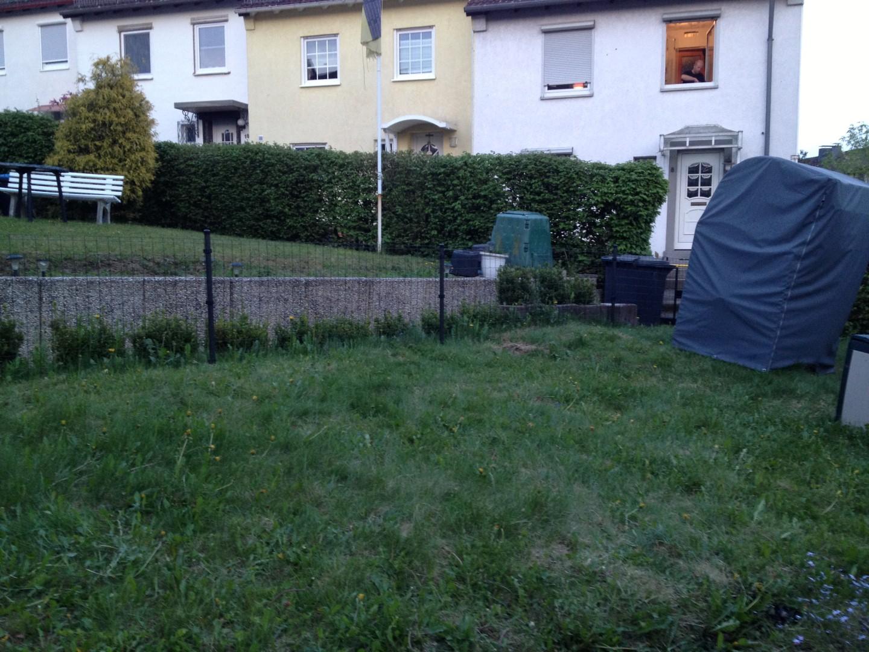 Ein Haus  Ein Haus : Zaun, Sockeldämmung, Müllentsorgung Und