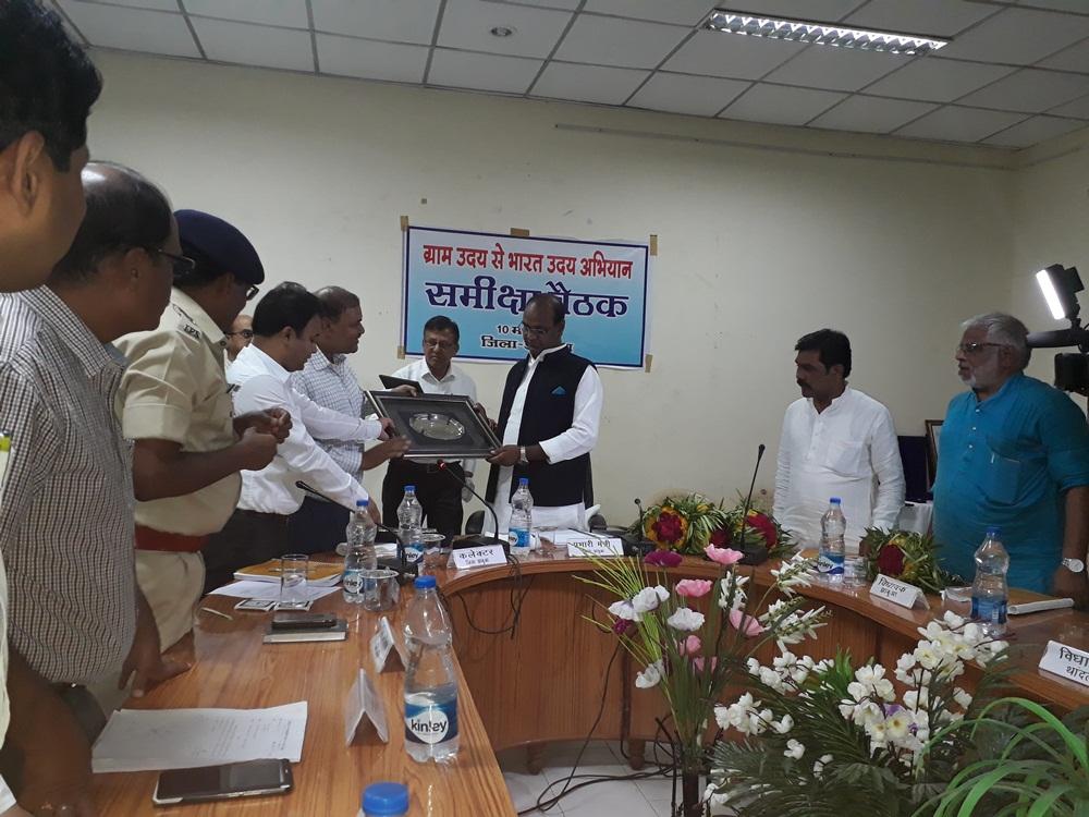 prabhari-mantri--reviewed-India-Uday-Abhiyan-from-village-Uday-प्रभारी मंत्री ने ग्राम उदय से भारत उदय अभियान की समीक्षा की