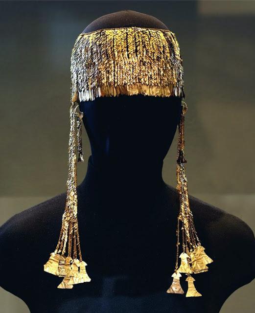 63d6115cab Αυτό θεωρείται ως ένα «μικρό διάδημα» με κρεμαστά κοσμήματα (μενταγιόν)  διαμορφωμένα ως αποτροπαϊκές πλάκες-«είδωλα». Ακόμη και ο ήχος τους ήταν ...