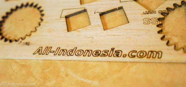 Engrave Teks di media kayu