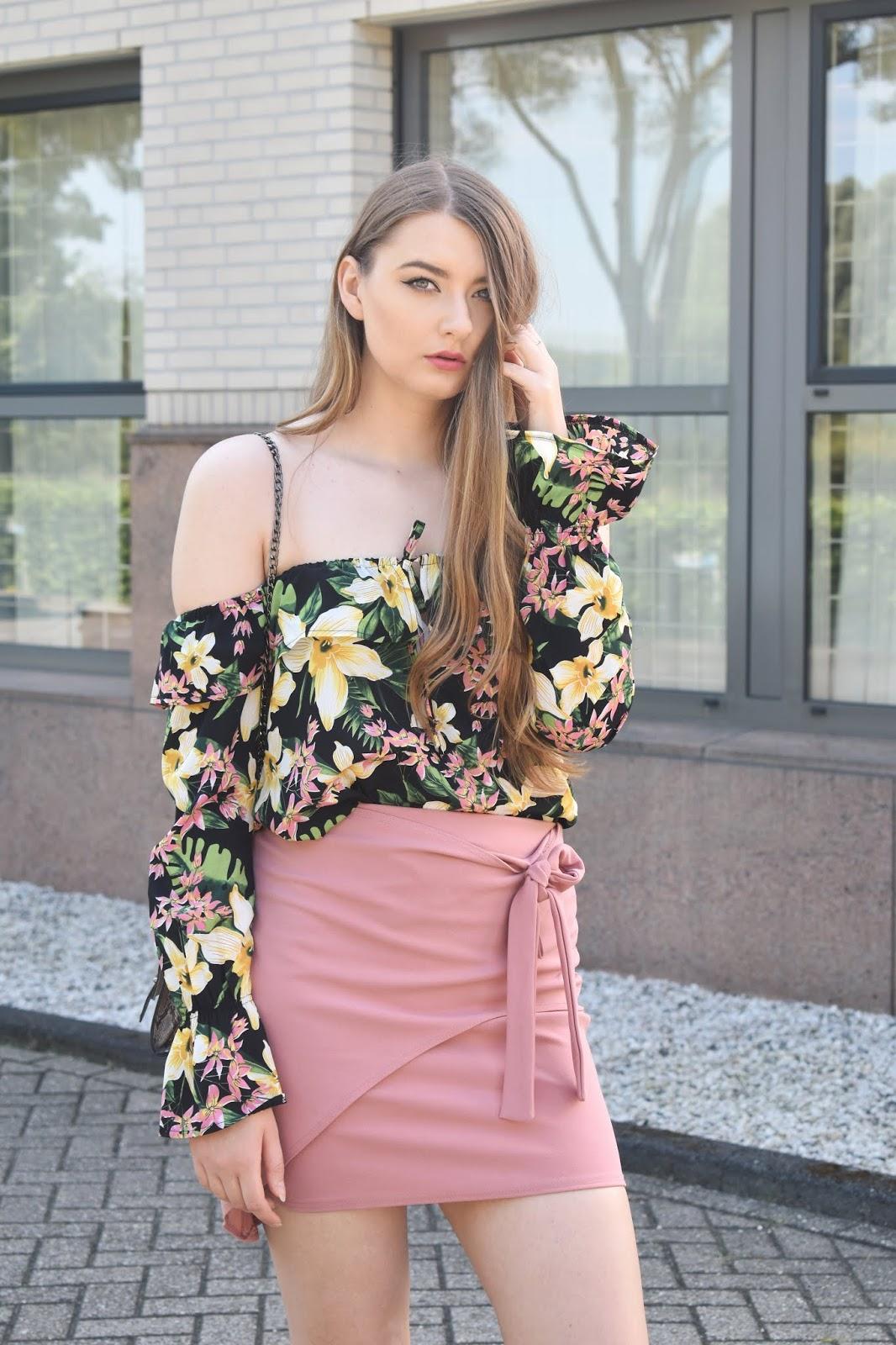 bluzka w kwiaty i różowa spódnica