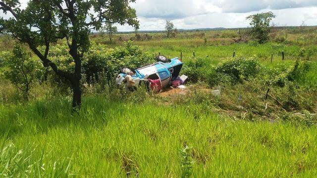 Motorista perde controle em pista molhada e capota caminhonete na BR 364